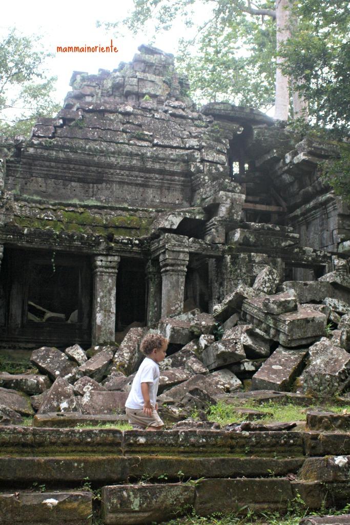 A spasso per le rovine di Angkor Wat in Cambogia