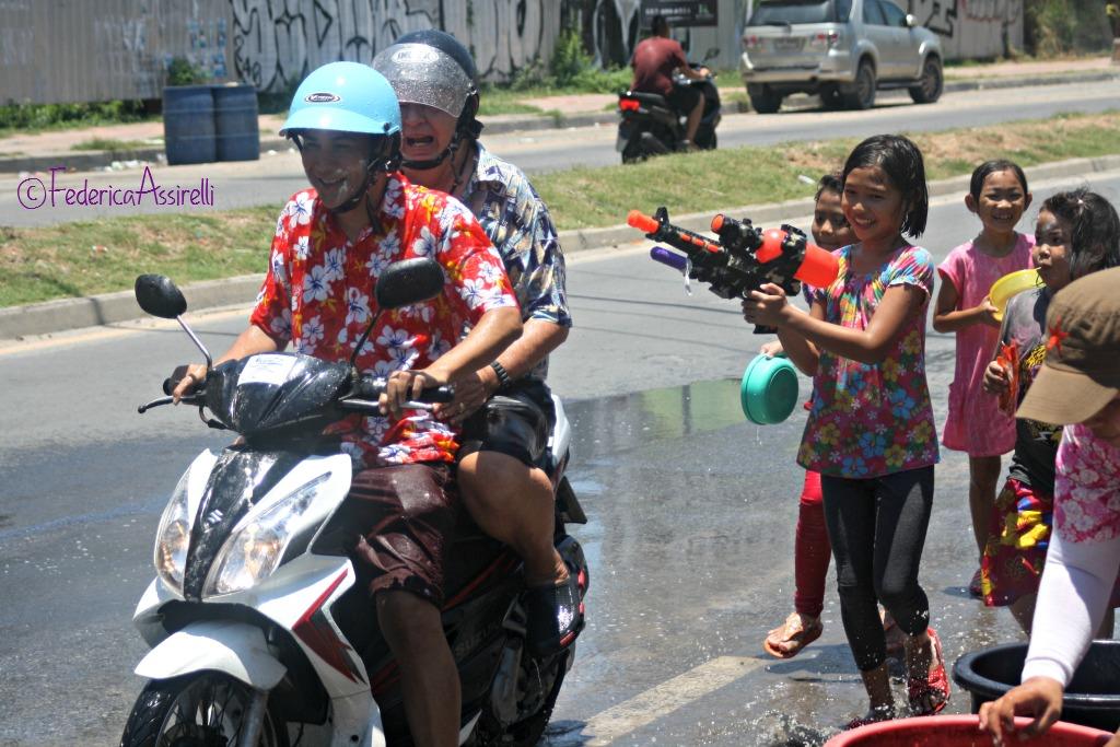 Acqua contro i motorini al Songkran