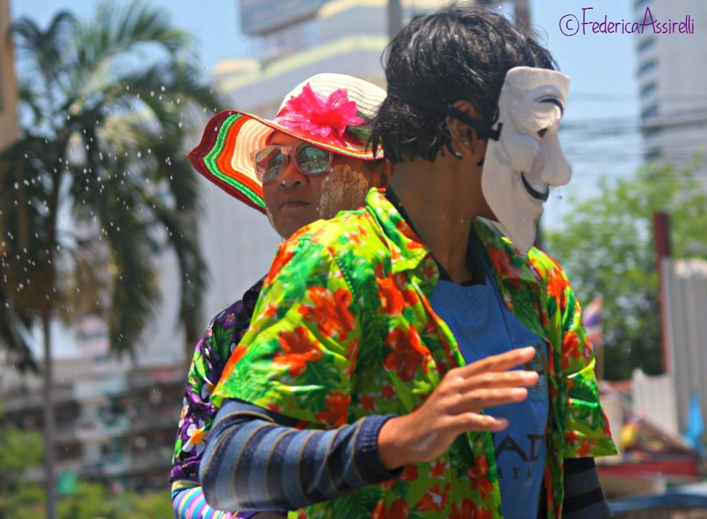 Maschere e fiori al Songkran