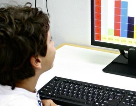 Alla scuola internazionale colloquio a tre: genitore, insegnante e alunno