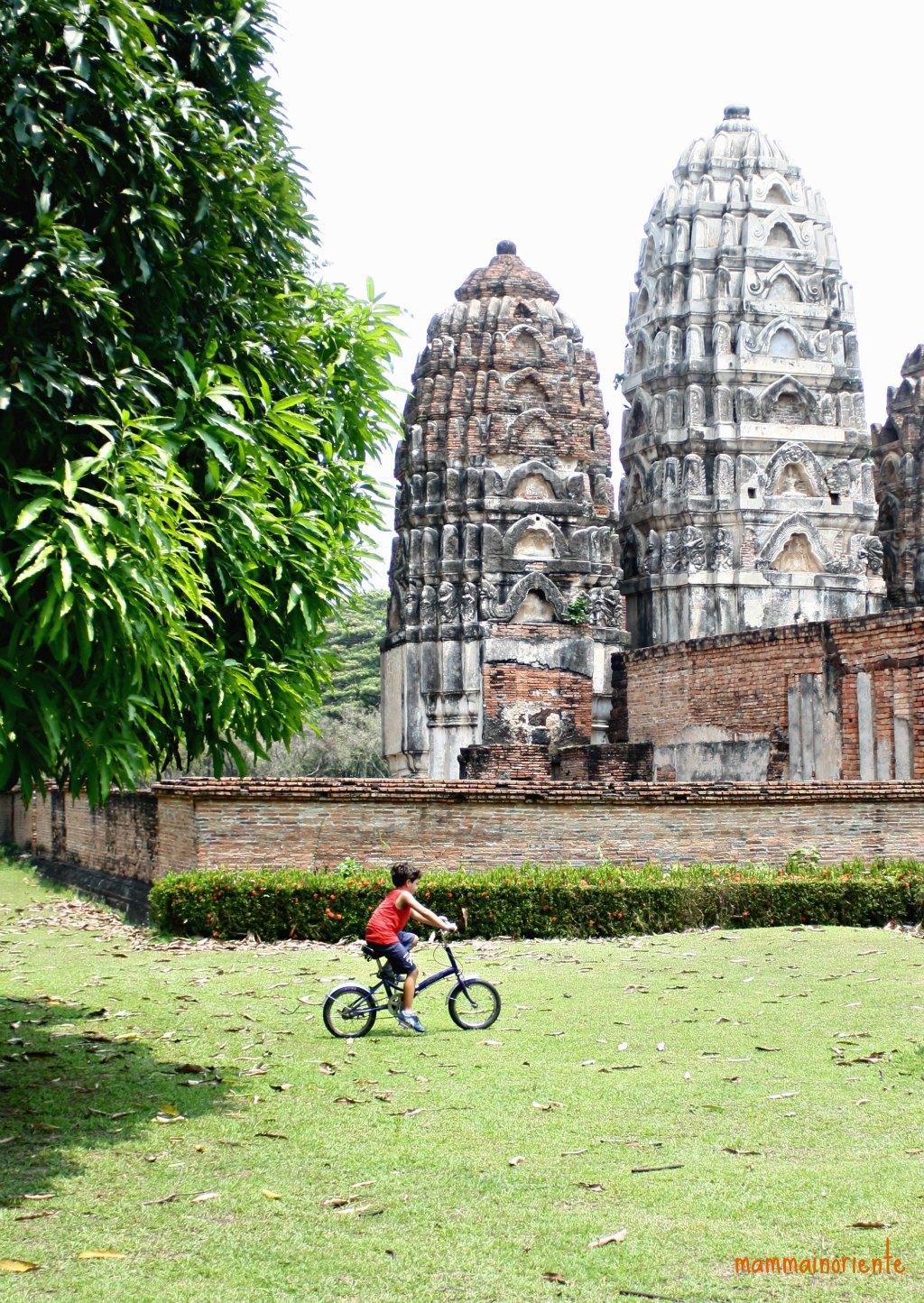 In bicicletta in mezzo ai templi di Sukhothai