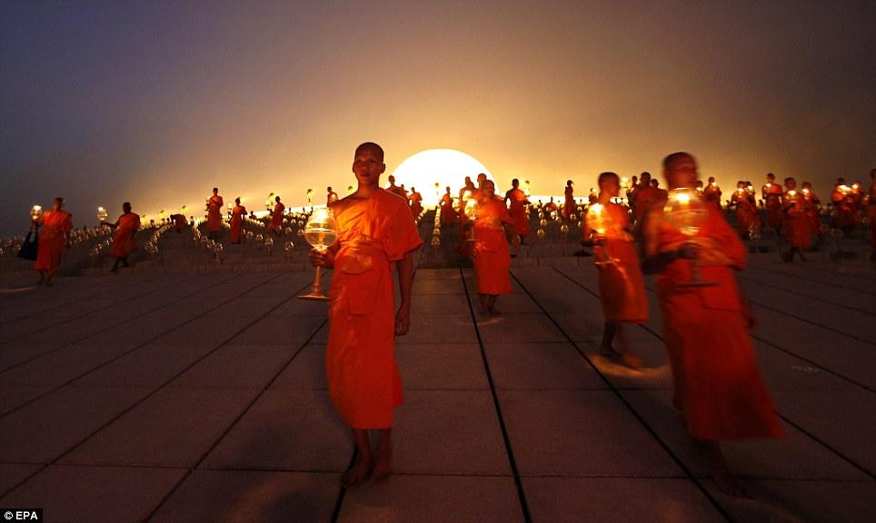 La festa del Makha Bucha in Thailandia