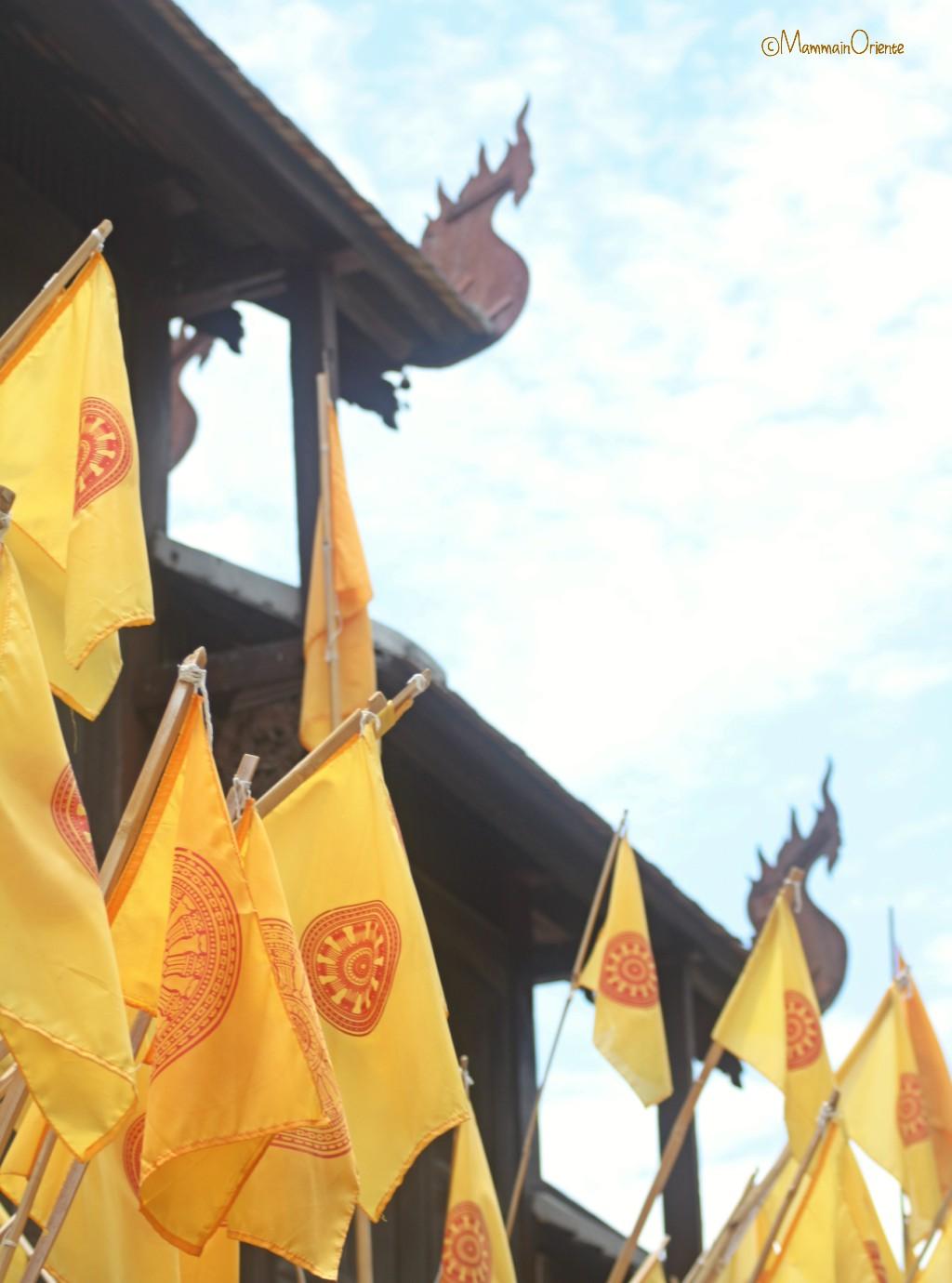 Dharmachakra sulle bandiere buddhiste Thailandesi