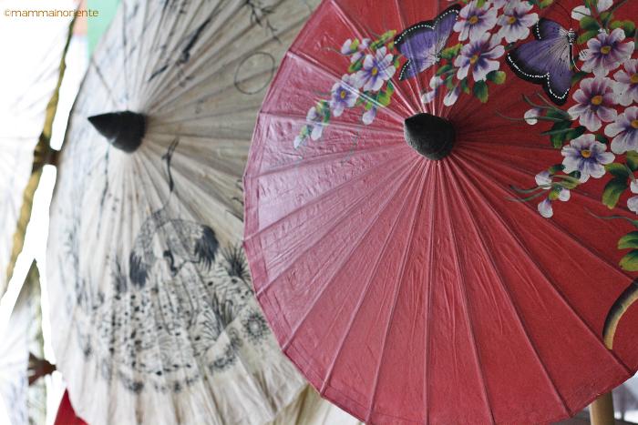 Ombrelli dipinti al villaggio degli ombrelli Bor Sang