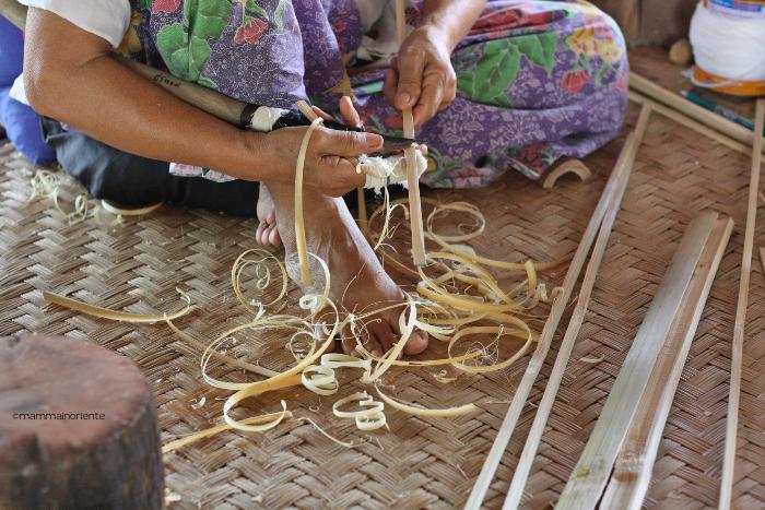 creazione bastoncini di bambu al villaggio degli ombrelli Bor Sang