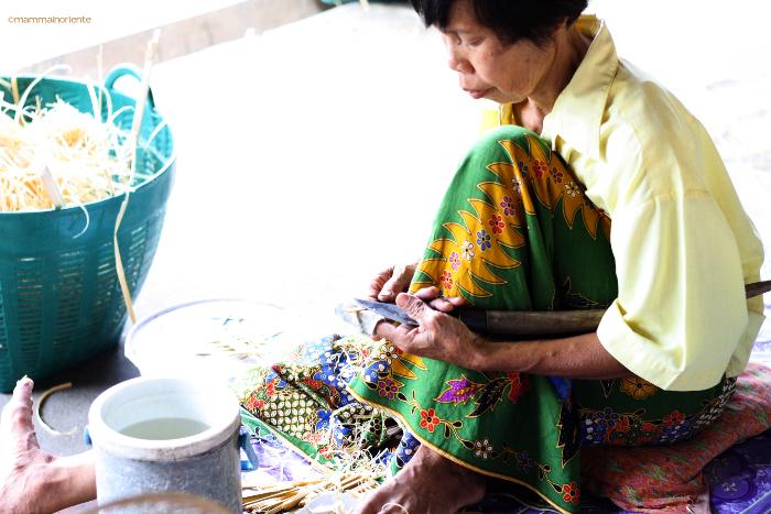 lavorazione bambu al villaggio degli ombrelli Bor Sang